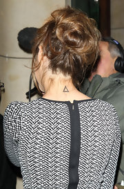 Hannah showed off her triangle tattoo on the back of her neck.
