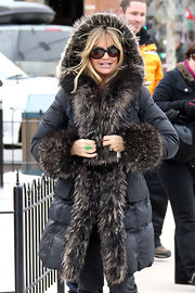 Goldie Hawn braved the cold with a cheerful expression wearing a pair of round oversize sunglasses.