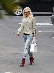 Gwen rocked the edgy look with a pair of light-wash ripped jeans.