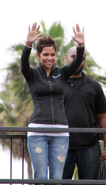 More Pics of Halle Berry Zip-up Jacket (1 of 21) - Halle Berry Lookbook - StyleBistro