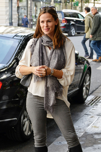 More Pics of Jennifer Garner Patterned Scarf (1 of 8) - Jennifer Garner Lookbook - StyleBistro