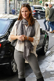 An animal-print scarf upped the style ante of Jennifer's laid-back look.