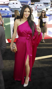 The slit in Nicole Scherzinger's magenta satin dress revealed an ivory patent pump.