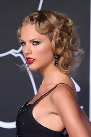 A classic cherry red lipstick gave Taylor just at extra hint of retro style on the red carpet.
