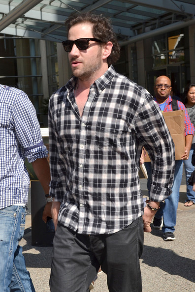 Jamie Kennedy knows that a pair of dark-tinted classic sunglasses always adds oomph to a casual outfit.