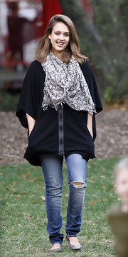 Jessica Alba kept warm at the park in a black zip-up fleece jacket with short sleeves.