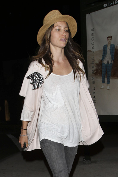 http://www3.pictures.stylebistro.com/pc/Jessica+Biel+enjoys+evening+female+friends+amG7eTxiw0ll.jpg