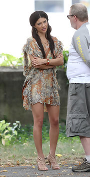 Jessica wore a ruffled print dress with a tan messenger bag and a half-up hairstyle.