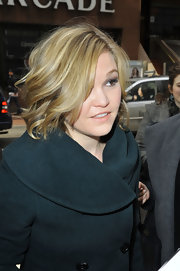 Julia Stiles' signature blonde locks looked shiny and voluminous with this curled 'do.