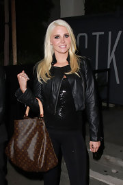 Karissa paired her all black look, which she paired with a brown canvas bag.