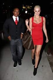 Karissa paired her fiery red cocktail dress with a brown canvas tote bag.
