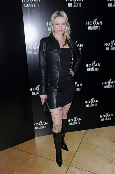 Kiera Chaplin topped off her ensemble with black leather knee-high boots.