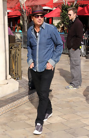 Howie Mandel exuded a happy-go-lucky vibe in a two-tone chambray shirt, straw hat, and sneaks.