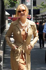 Kate Hudson showed off a large beaded statement necklace while on the set of 'Something Borrowed'.