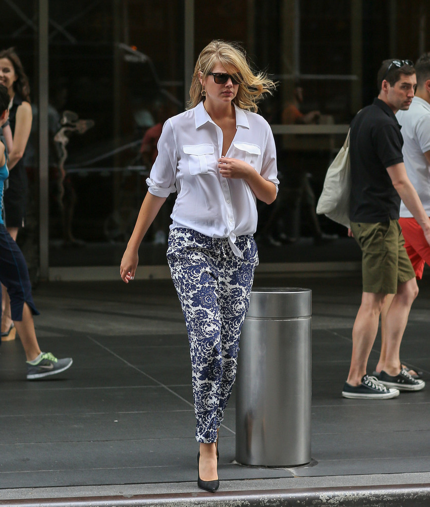 Kate Upton Leaves Her NYC Hotel
