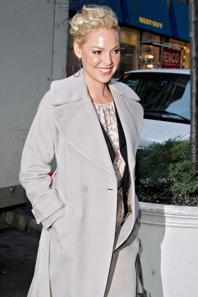 More Pics of Katherine Heigl Gold Hoops (1 of 12) - Katherine Heigl Lookbook - StyleBistro