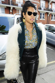 Kelis rocked gold dangling earrings while traveling through London.