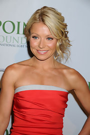 Kelly Ripa highlighted her toned shoulders by pinning her loose curls in a messy updo that also showed off her strapless dress.