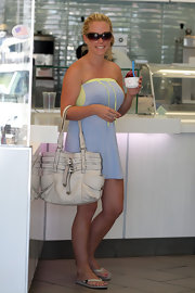 Kendra Wilkinson stayed cool in the heat by grabbing some mid-day frozen yogurt. She carried around a white leather tote bag which worked well with her strapless dress.