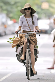 Keri Russell's cute biking attire consisted of a white boatneck shirt and a brown skirt.