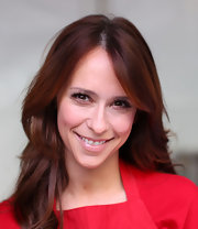 Jennifer Love Hewitt kept her makeup look light and fresh with a little mascara and lip gloss while volunteering at the Los Angeles Mission.