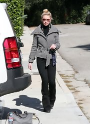Katherine Heigl showed her winter style savvy in this herringbone jacket with a tie waist and oversize collar.