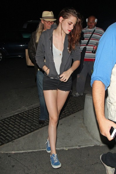 http://www3.pictures.stylebistro.com/pc/Kristen+Stewart+Athletic+Shoes+Canvas+Sneakers+YvEIoQjMBdCl.jpg