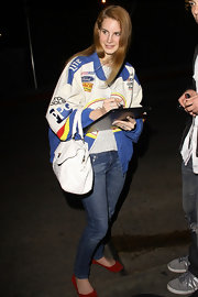 Landa Del Rey accented her racing style with a ladylike white lace tote.