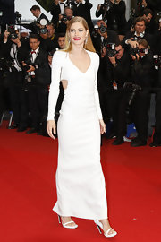 Doutzen looked totally sleek and contemporary in this long-sleeve white gown that featured side cutouts.
