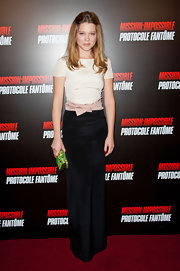 Lea Seydoux gave her feminine look an unexpectedly modern twist with a neon green bejeweled clutch.