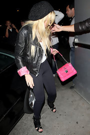 Lindsay complemented her pink-cuffed leather jacket with a vibrant, quilted leather shoulder bag.