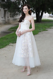 Pace Wu looked soft and ethereal in this white strapless gown that featured floral designs and a tulle overlay.