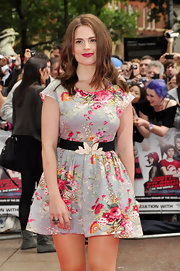 Hayley paired her elastic belt with a flirty floral print dress and raspberry lipstick.