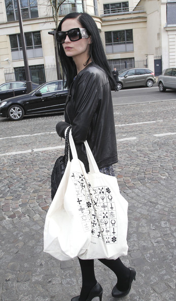 Leigh Lezark contrasted her all black attire with a white printed tote.