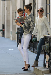 Miranda Kerr looked every inch the stylish working mom in a pair of white skinnies and a printed cropped jacket.