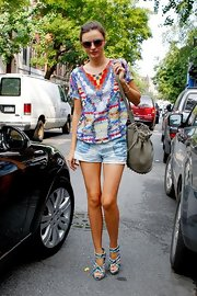 Miranda's printed tee made her casual street style that much chicer.