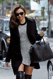 Miranda Kerr was the epitome of city-chic while toting around this sleek oversized bag.
