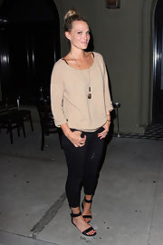 Molly Sims made a casual brown sweatshirt look evening appropriate.