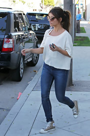 Monica Cruz lunched in a pair of gray high top Converse sneakers.