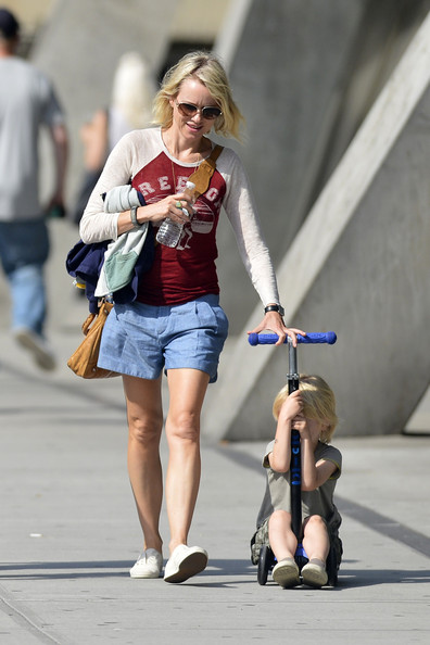 More Pics of Naomi Watts Denim Shorts (1 of 4) - Naomi Watts Lookbook - StyleBistro