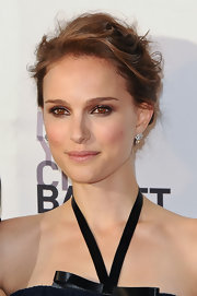 Natalie Portman used black eyeliner and cool dark brown shadow to create her dramatic look.