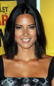 Olivia Munn arrived with a classically cute bob to the 'Contagion' premiere.