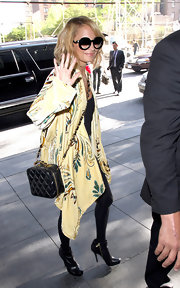Nicole Richie paired her printed wrap sweater with a chain strap quilted bag.