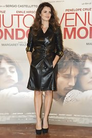 Penelope looked edgy (and warm) in this black leather trench and black heels.