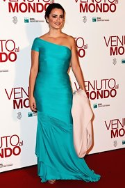 Penelope looked exquisite in her single-shoulder vintage aqua gown at the Rome premiere.