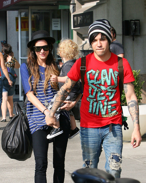 Pete spent time with the family while rocking casual ensemble. He wore a printed red tee with distressed jeans and a striped beanie.