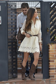 Sara went country in these classic kne-high brown boots.