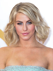 Julianne's blonde bob featured wavy curls and lots of volume.