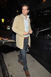 The handsome Mr. Reynolds hit the town sporting worn leather, lace-up shoes, which perfectly paired with his brown leather belt.