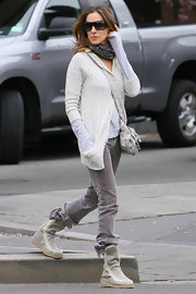 "SJP looked chic and comfy in a neutral ensemble completed by a pair of high top ""Summer Eskimo Canvas Boots"" with white top stitching."